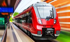 红色地铁营运列车主题摄影高清图片