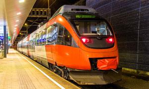 到达了车站停靠站台的列车高清图片