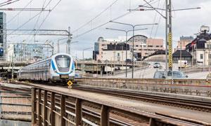 正在行驶的蓝白色地铁列车高清图片