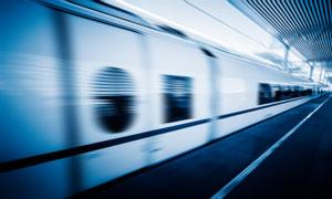 从车站开出的快速列车摄影高清图片