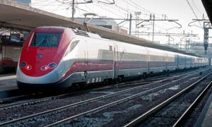 已按时到达车站的列车摄影高清图片