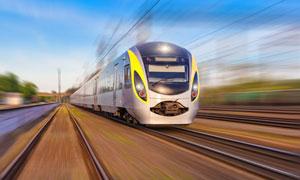 在高速运行的火车特写摄影高清图片