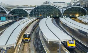 车站停靠在站台的列车摄影高清图片