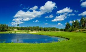 湖水草地与空中的云朵摄影高清图片