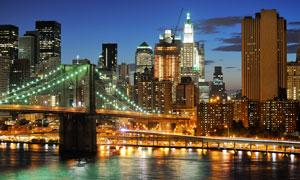 城市建筑与悬索桥夜晚风光高清图片