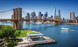 大桥与水边的城市建筑风光高清图片