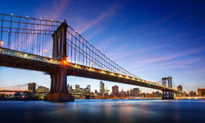城市建筑群与亮着灯的大桥高清图片