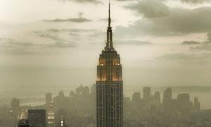 雾气笼罩中的纽约帝国大厦高清图片