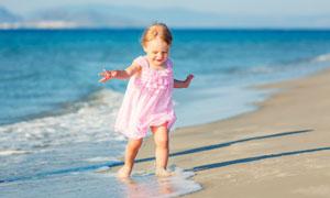 在沙滩上玩耍的小女孩摄影高清图片