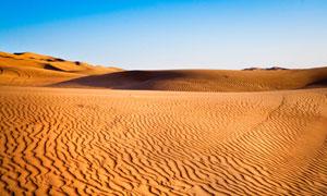 蔚蓝天空沙漠沙丘风光摄影高清图片