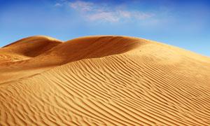 晴朗天空荒芜沙漠风光摄影高清图片