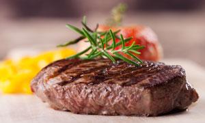 新鲜出炉多汁的烤牛排摄影高清图片