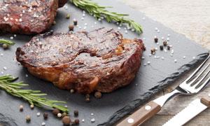 准备好刀叉可以开吃的牛排高清图片