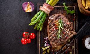 芦笋培根与煎好的牛排摄影高清图片