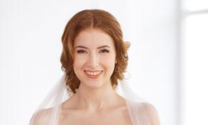 手拿着鲜花的幸福新娘摄影高清图片