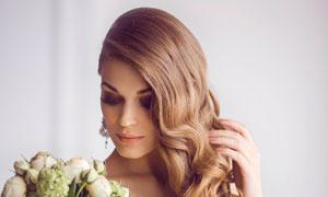 侧偏卷发抹胸婚纱美女摄影高清图片