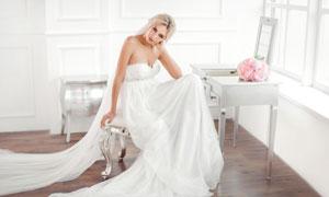 在梳妆台前的白色婚纱美女高清图片