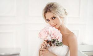 在闻着花香的新娘美女摄影高清图片