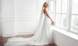 站在窗台边的婚纱长裙美女高清图片