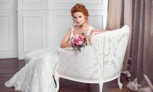 坐沙发椅上的卷发新娘摄影高清图片