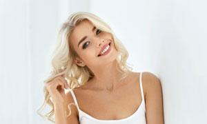 靠着墙的金发美女人物摄影高清图片
