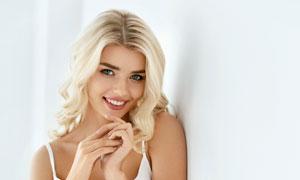 白色内衣金发美女人物摄影高清图片