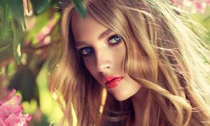 花枝下的红唇卷发美女摄影高清图片