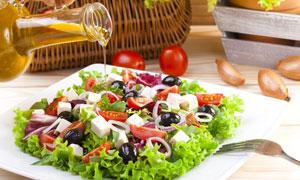 淋了橄榄油的蔬菜沙拉摄影高清图片