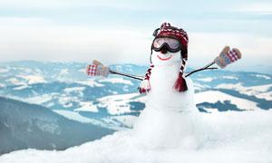 戴编织手套帽子的雪人摄影高清图片