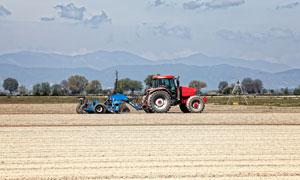 农业机械与远处的山峦摄影高清图片