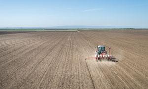在农田进行播种作业的机械高清图片