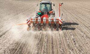 土地上扬起灰尘的农机摄影高清图片