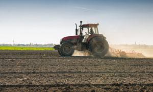 在进行犁地的农用机械摄影高清图片