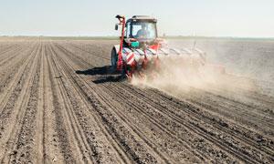 在农田里繁忙作业的拖拉机高清图片