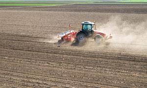 农场土地上的农用机械摄影高清图片