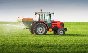 正在喷洒农药的拖拉机摄影高清图片