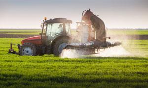 对农田喷洒农药的机械摄影高清图片