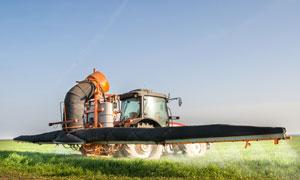 规模化喷农药的拖拉机摄影高清图片