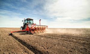 从事农业耕种的拖拉机摄影高清图片