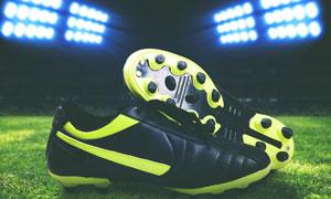 灯光照耀下的一双球鞋摄影高清图片