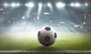 耀眼灯光下的足球特写摄影高清图片