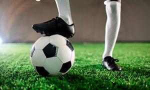 被踩在脚下的足球逆光摄影高清图片