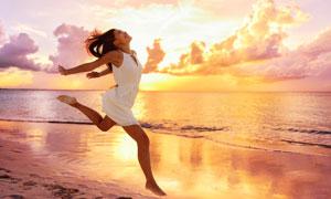 置身黄昏美景中的白裙美女高清图片