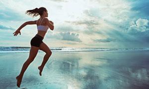 天空白云海边跑步美女摄影高清图片