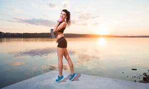 在湖边踮起脚尖的运动美女高清图片