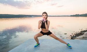 做拉伸热身的健身美女摄影高清图片