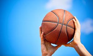 在手中准备投篮的篮球摄影高清图片