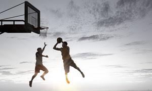 在空中上篮的男人逆光摄影高清图片