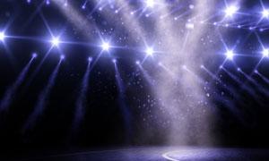 耀眼灯光照耀下的篮球场馆高清图片