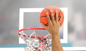 篮筐前灌篮的手势特写摄影高清图片